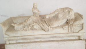Fig : 3 Kline: monument funéraire représentant une défunte allongée. Marbre, fin du Ier s. ap. J.-C. Rome, Terme di Diocleziano (c) A. Arghyris